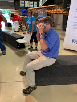 Oculus Goで、飛行をVR体験するホームビルダ ーズ・ハンガーの責任者、チャーリーさん。
