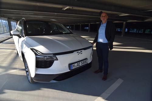 中国の電気自動車(EV)メーカーが欧州に相次ぎ参入しつつある。写真は自社が欧州で販売を進めるEV車を示す愛馳汽車の海外事業責任者アレクサンダー・クローゼ氏。独ミュンヘンで6日撮影(写真=2021年 ロイター/Nick Carey)