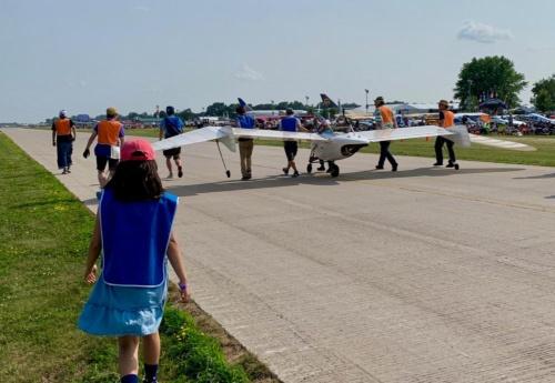 オシコシ・エアショーで、M-02Jを滑走路に引き出す際のスナップ。オシコシでは、人と飛行機がとても近い。