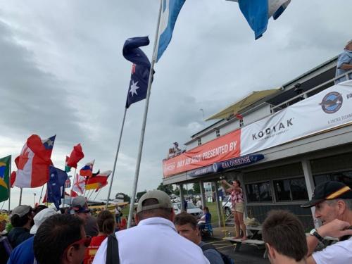 同じくショー期間中のイベント、国旗を持って各国参加者が集まる。