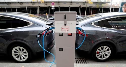 世界の電気自動車(EV)バッテリー市場で3割強のシェアを持つ韓国の大手メーカーが今、深刻な技術者不足に直面している。写真は充電中のテスラ車。独ベルリンで2019年11月撮影(2021年 ロイター/Fabrizio Bensch)
