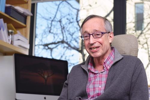 "<span class=""fontBold"">ポール・ミルグロム(Paul Milgrom)<br> 米スタンフォード大学経済学部教授</span><br> 1948年米国デトロイト生まれ。70年に米ミシガン大学を卒業、保険数理士(アクチュアリー)の仕事に数年間従事した後、78年に米スタンフォード大学経営大学院で博士号(Ph.D.)を取得。87年から現職。著書に『組織の経済学』(共著、NTT出版)、『オークション理論とデザイン』(東洋経済新報社)などがある。(写真:林幸一郎、以下同)"