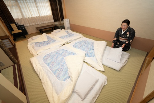 綿善旅館では、少しでも修学旅行客に戻ってきてもらおうと、布団の敷き方も頭が近くならないように変えた(写真=大亀京助)