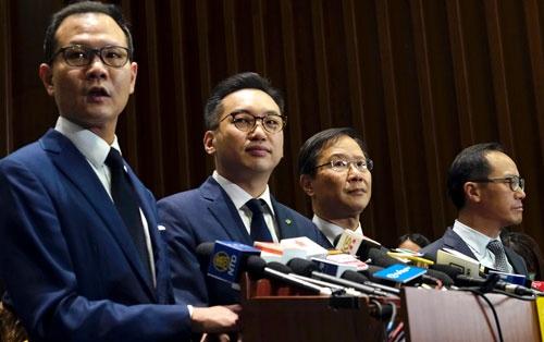 4人の香港立法会議員が資格を剥奪された(写真:AP/アフロ)