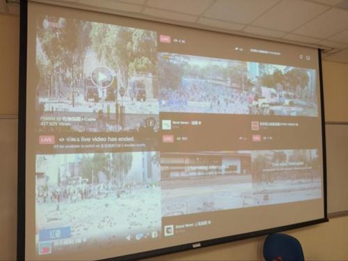 プレスセンターの様子。中継が流され大学周辺の状況が一目で分かる。