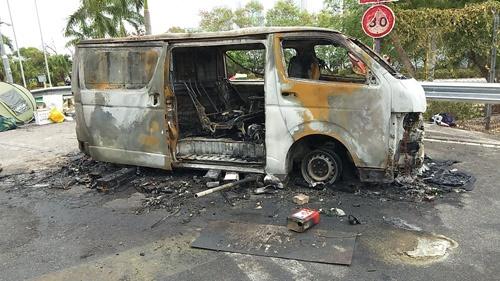 中文大学の二橋で燃やされた車(写真は筆者、以下同)