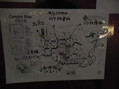 複雑なキャンパスの構造図。17日日曜日の夜には全ての出入り口が使用不能になった。