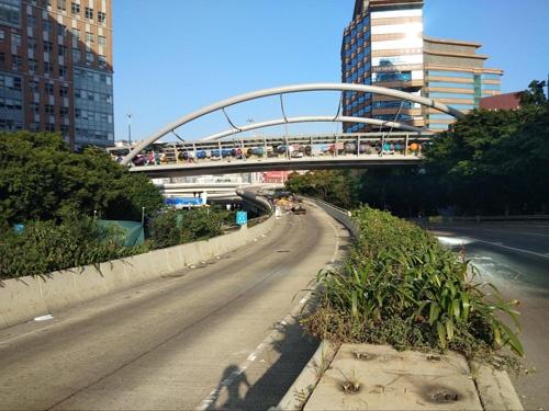 この橋にロープのはしごをかけて飛び降り、警察の包囲網を逃れた人がいるという