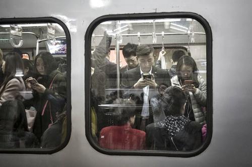 北京など中国の大都市の通勤事情は東京などと大きな差はなくなっている(写真=Bloomberg / Getty Images)