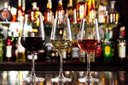 「少量でも飲酒はリスクがある」と指摘する論文が発表された。その内容を詳しく見ていこう。(写真:(c)Cristi L-123RF)