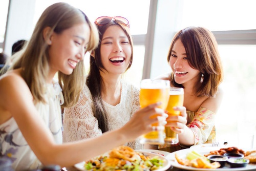 楽しく飲むためには、ときに漢方薬やサプリの力を借りるといい場合もある。(写真:(c) wang Tom-123RF)