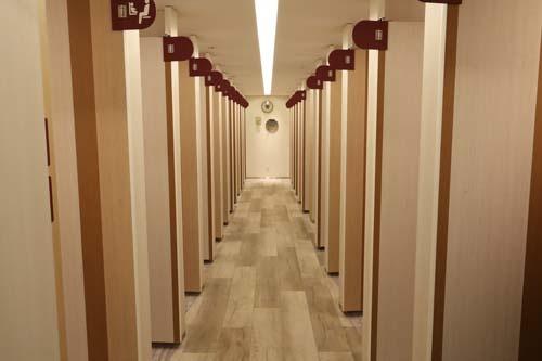 東口の区庁舎跡地を再開発したハレザ池袋は、タワー1棟と、中層棟2棟の3棟と「中池袋公園」からなる。そのうちの1つ「としま区民センター」では2、3階に35室の女性用トイレを設置。