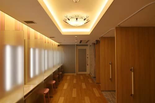 メイクルーム、フィッティングルームも併設したトイレは別名「別次元の癒やしの空間」