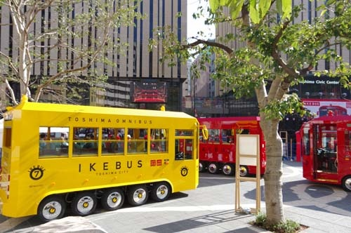 定期運行が始まった「IKEBUS」。赤と黄色の電気バスが池袋駅周辺のスポットを回遊する