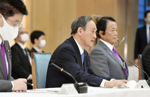 18日、政府与党政策懇談会であいさつする菅首相(写真:共同通信)