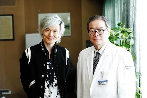 東京大学医学部附属病院の瀬戸泰之病院長(右)と宮田裕章教授(撮影/竹井 俊晴、ほかも同じ)