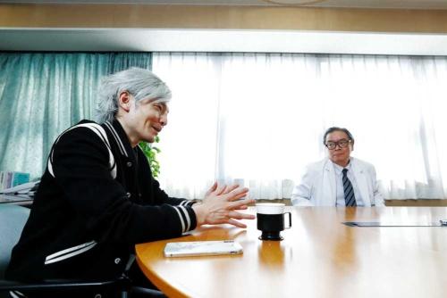 東京大学医学部附属病院の瀬戸泰之病院長(右)と慶応義塾大学の宮田裕章教授(撮影/竹井 俊晴、ほかも同じ)