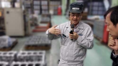 エンジンの変種変量生産システムの説明を伺う私。