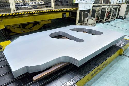 クルマの側面部となる鉄板(分厚く見えるが、実は薄い板がぴちっと積み重ねられている)。