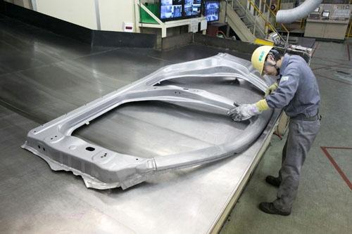 プレスされた鉄板は、クルマの側面(サイドフレーム)の形になっている。