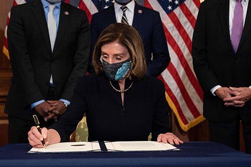 米下院は1月13日、トランプ大統領の弾劾訴追を決議した(写真:AFP/アフロ)