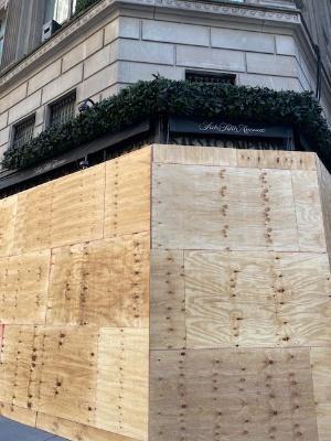 ニューヨークの百貨店は木の板で覆われていた