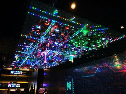 エレベーターを降りると、現在の電気街をかたどった巨大なオブジェに迎えられる。オブジェはLEDとPCB(電子回路基板)で作られていて、キラキラと光っている