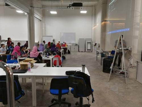 ペナン・サイエンス・クラスターでコンピューター教育についての指導を受けるペナン州の教師たち