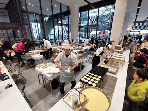 和菓子を実演販売するだけでなく、ワークショップでは来場者が餅菓子を作ることもできる