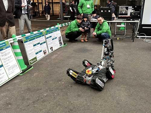 Nexis-R(ながおか次世代ロボット産業化機構)の災害対策ロボットを子どもが操縦している。Nexis-Rは長岡科技大を中心とするロボット技術を、災害対策などの産業として生かそうという団体だ