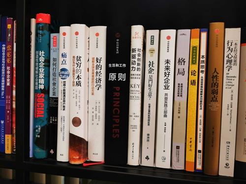羲融善道の本棚。行動経済学の名著が並ぶ中に『論語』もあるのが面白い