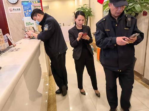 蘇州で宿泊したホテルのフロント担当者はチェックイン可・不可の判断ができず、公安警察に確認することになった。