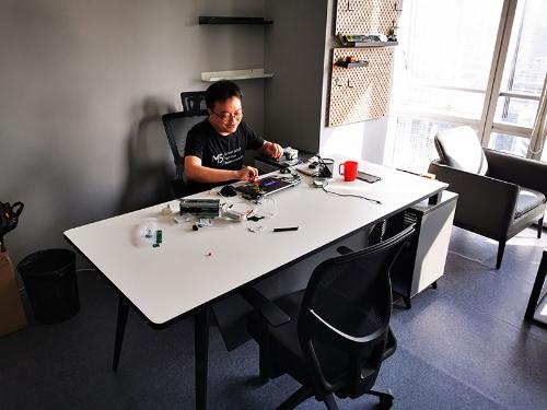 こちらが通常の社長デスク。CEO のジミー・ライのまわりにはいつも大量の試作品が転がっている