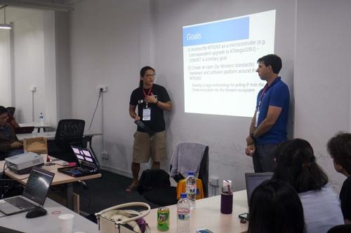 2015年にシンガポールで開かれたオープンソース関連のカンファレンス「FOSS ASIA 2015」で、Fernvaleについて発表するバニー(左)と共同開発者のXobs