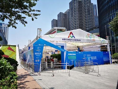 深圳の電気街、華強北。上は2014年、下は2019年に撮影したもの