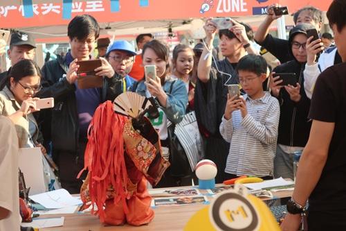 日本の自作ロボット(@tctclab作)に大興奮の上海人たち。「Maker Carnival Shanghai」は2013年から開催されている。今年は海外からの出展者が最多だった