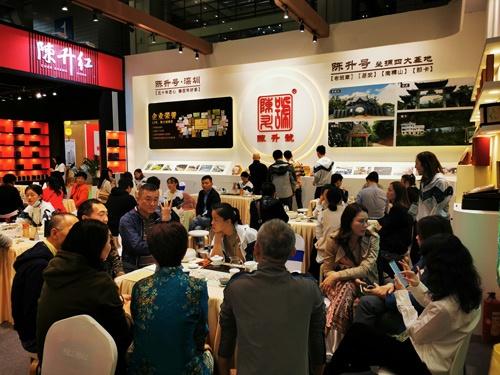 中国茶博覧会の様子。中国では多くのビジネスは新型コロナ以前の状態に戻っている。感染者が減ったことで、イベントなども感染対策をした上で開催できるようになった