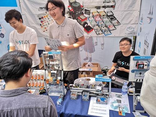 深圳で行われたDIYの祭典「メイカーフェア深圳 2019」に出展中のM5Stack。右端の眼鏡の男性がCEOのジミー・ライ