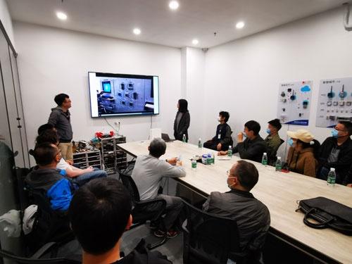 国籍や企業を越えて技術の交流は進む。米マイクロソフトのハードウエア開発チームは深圳にあり、多くの中国人エンジニアが働いている。20人余りのマイクロソフト深圳のエンジニアがM5Stackを訪問し、ジミーがプロダクトを説明した