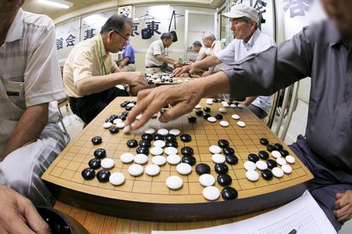 東京・新橋の「東京囲碁会館」。平日の昼間から多くの高齢者で賑わう(撮影:的野 弘路)