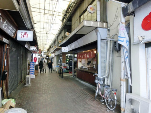赤羽のアーケード街を通ると、居酒屋さんが何軒も元気に営業中。