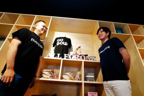 メルカリ社長の小泉文明氏(写真左)とオープンワーク副社長の麻野耕司氏(写真:竹井俊晴、以下同)