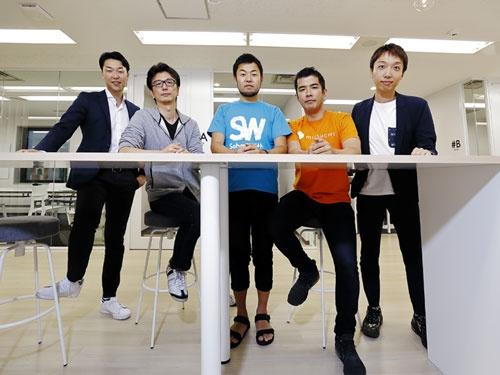 左から、オーダースーツ販売FABRIC TOKYO(ファブリックトウキョウ)の森雄一郎CEO(最高経営責任者)、公共施設や店舗のWi-Fi接続アプリを手掛けるタウンWiFiの荻田剛大CEO、日本最大級の留学サイトを運営するSchool With(スクールウィズ)の太田英基CEO、AI(人工知能)を活用した採用担当者と応募者のマッチングシステムを提供するミツカリの表孝憲代表、ホテル経営の分析などを手掛ける空の松村大貴CEO(撮影/竹井 俊晴、ほかも同じ)