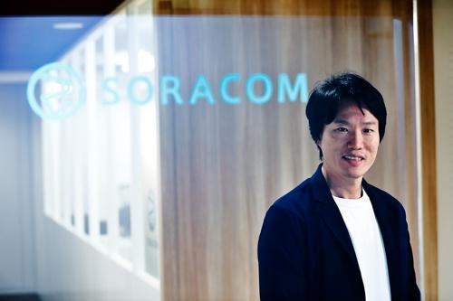 "<span class=""fontBold"">玉川 憲(たまがわ・けん)氏</span><br> 1976年大阪府生まれ。東京大学大学院工学研究科修了後、日本IBMに入社し、基礎研究所で超小型コンピューターの開発に携わる。2006年より米国留学し、MBAとソフトウエアエンジニアリングの2課程を修了。アマゾンデータサービスジャパン(当時)に転職し、技術統括部長兼エバンジェリストとして活躍した後、2014年にIoTプラットフォームを提供するソラコムを創業。2017年8月にKDDIが大型買収を決めたことが大きな話題となった。(撮影/竹井俊晴、ほかも同じ)"