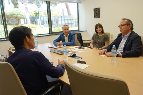 日本ラグビーフットボール協会コーチングディレクターの中竹竜二氏(写真手前)がバルセロナ現地で、IESEビジネススクールで戦略やリーダーシップ論を教えるマイケル・リアド教授(写真奥右)と、ラーニングイノベーションユニットのディレクターのマーク・ソスナ氏(写真奥左)をインタビューした