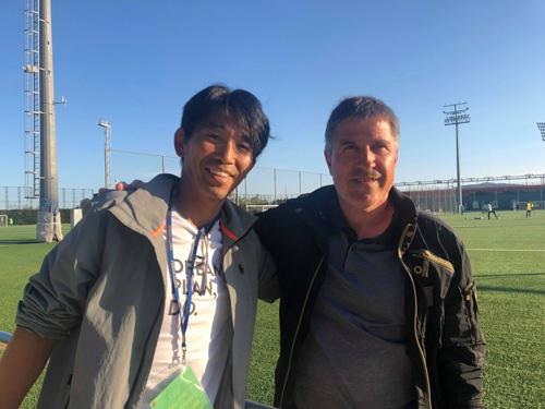 現地でバルサのコーチに取材した中竹氏(写真左)
