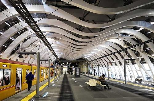 東京メトロ渋谷駅の新駅舎。ホームの幅は12メートルとなり、柱のない広々とした空間になった