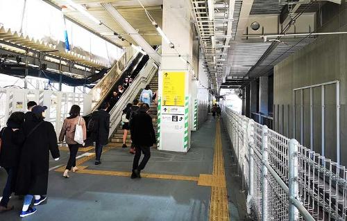 埼京線、湘南新宿ラインの渋谷駅ホームから中央改札に向かう通路。この通路が新しいホームとなる。右は埼京線、湘南新宿ラインの上り線(恵比寿方面行き)の線路。左手に見えるエスカレーターや階段を上がると、1月29日に供用が始まる中央東改札がある