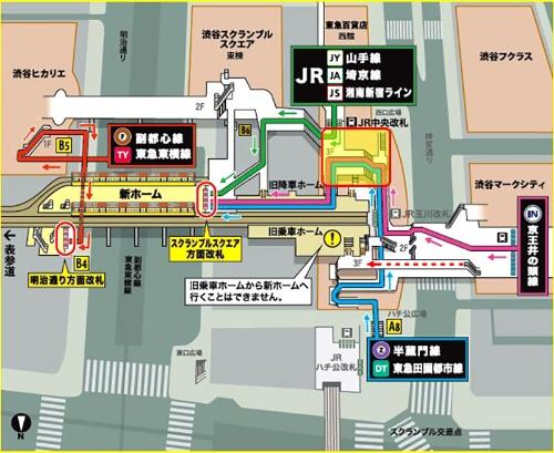 右手の京王井の頭線を降りた乗客は、これまで赤い点線(編集部が加筆)で示した方向に進んで、銀座線の旧乗車ホームに行けた。しかしそのホームが閉鎖されたため、JR中央改札の前(赤線で囲んだ網掛け部分、編集部が加筆)を通ることになった(ピンクの線)。このため中央改札へ向かう階段が混雑。図では緑の線で示されたJR利用者の動線と重なっていないが、実際は両方の乗客が中央改札の前で入り交じる。また、中央改札前から銀座線改札に向かう通路はいずれも狭い。東京メトロが配布したポスター(部分)より