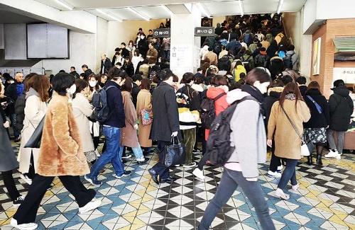 平日の9時半頃。京王井の頭線からJR中央改札に向かう階段の混雑。ここを通らないと銀座線へ行けない
